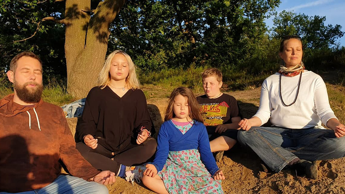 familien_meditation_freien